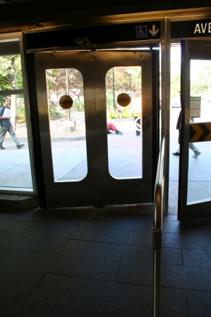 Automatic door at Lionel-Groulx