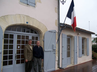 M. Joël Touzet 1953 - 4 septembre 2013, maire de Bignay (à gauche sur la photo)