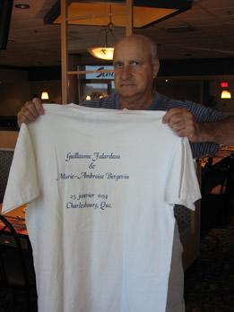 Laurent Falardeau tenant le gilet souvenir de la rencontre du 300e Anniversaire de Mariage de Guillaume Follardeau et Marie-Ambroise Bergevin à Québec en 1994. (Cette photo a été prise le 5 septembre 2009 lors de la rencontre des Falardeau à Québec).