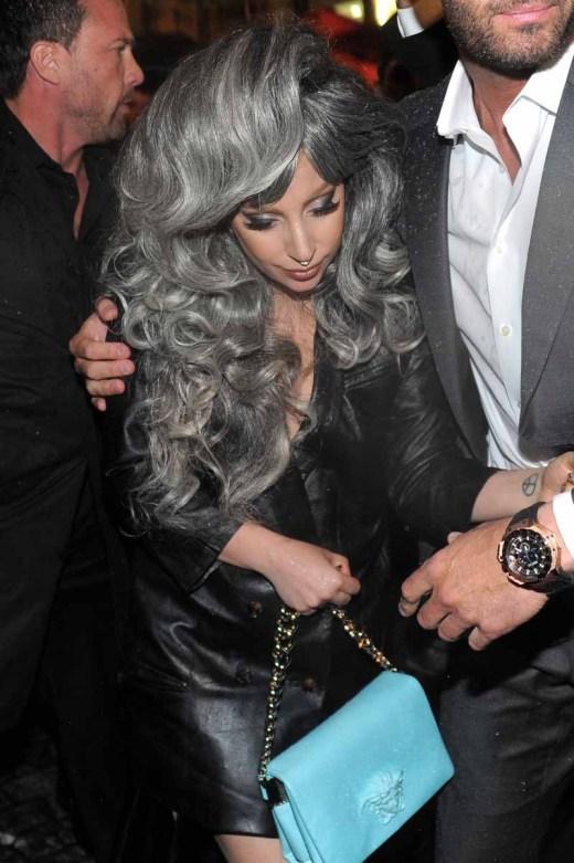 Milano, Lady Gaga esce dall'hotel Park Hayatt per recarsi al suo concerto