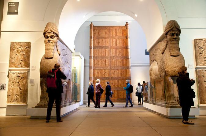 Un couloir du British Museum garni de Shedu Assyriens