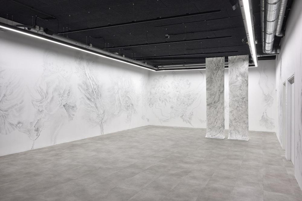 Christian Lhopital, « Danse de travers », dessin mural à la poudre de graphite, octobre 2018, Drawing Lab, Paris © Rebecca Fanuele