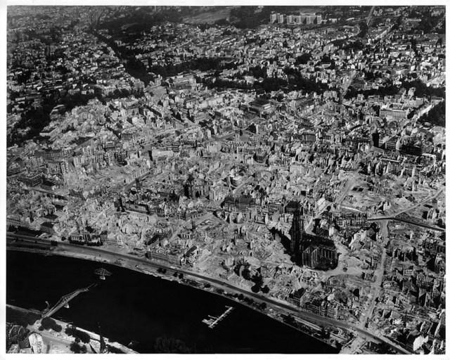 Frankfurt_1945_June_destructions_after_bombing_raids_old_town_aerial