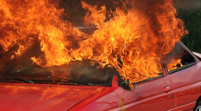 Gasauto explodiert: Fahrer tot, zehn Feuerwehrleute verletzt