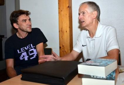 In der Pause war für Uwe Post und Andreas Brandhorst Zeit zum Fachsimpeln.