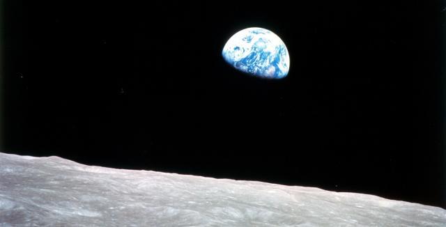 Die Erde geht über dem Mondhorizont auf.
