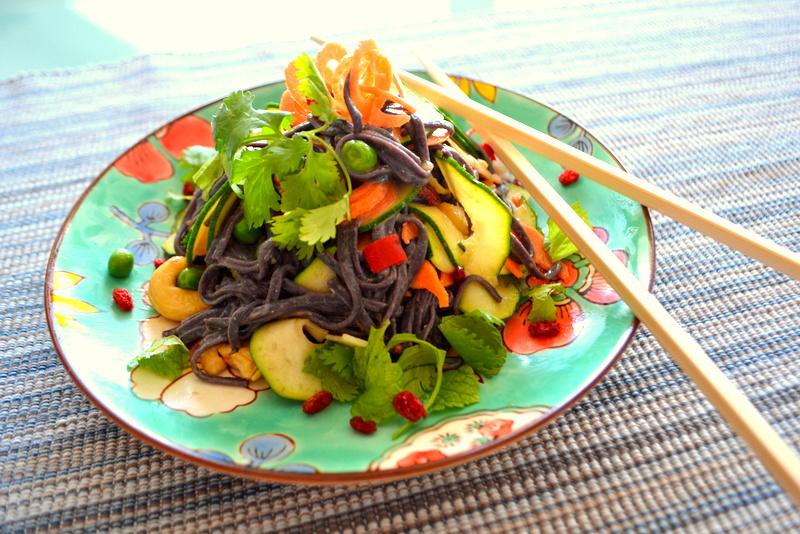 Exotischer Nudelsalat mit Ingwer-Sesammus-Sauce und Berberitzen – vegan und glutenfrei
