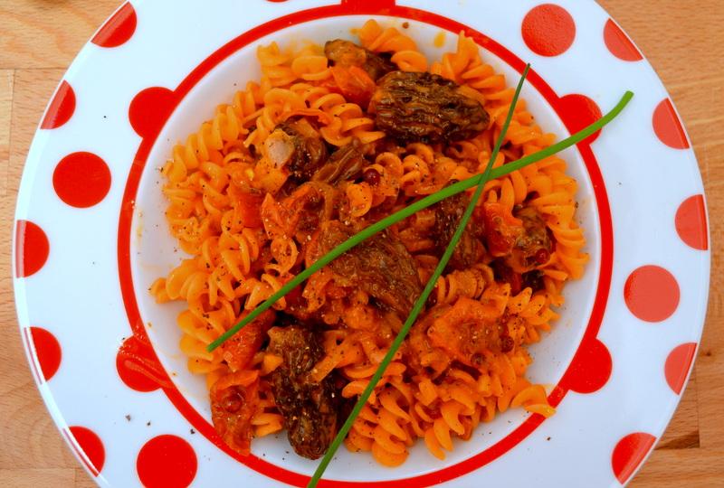 Rote-Linsen-Pasta mit Morchelsauce – vegan und glutenfrei