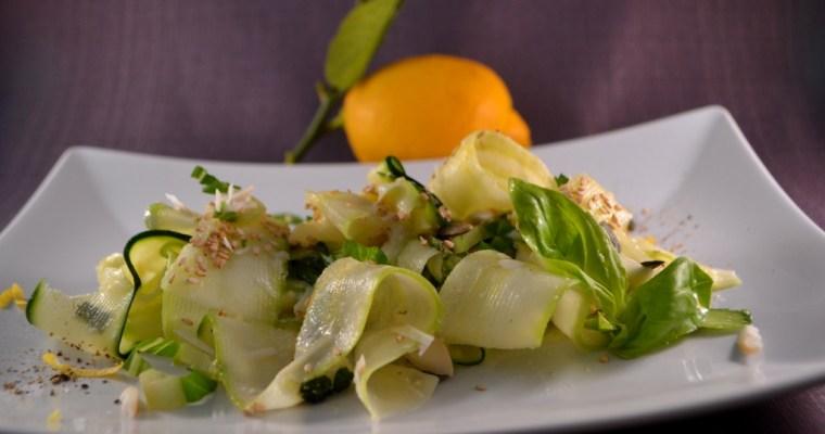 Zucchini-Tagliatelle mit Zitronen-Pfeffercreme  und Nuss-Topping