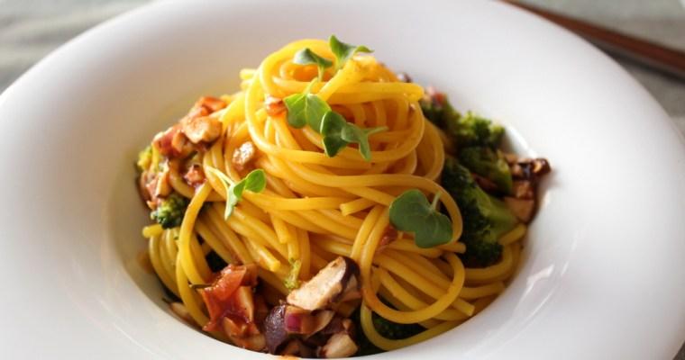 Kurkuma-Spaghetti mit Broccoli und Pilzen