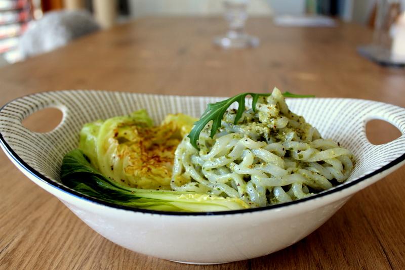Konjak-Spaghetti mit grünem Pesto und gedämpftem Gemüse