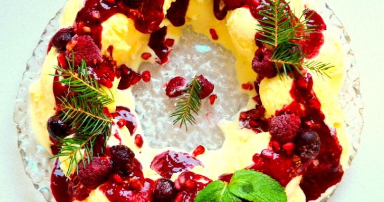 X-mas Weihnachtskranz aus Vanille-Eiscreme und roten Beeren