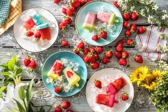 Se rafraîchir avec des glaces à l'eau et à la fraise