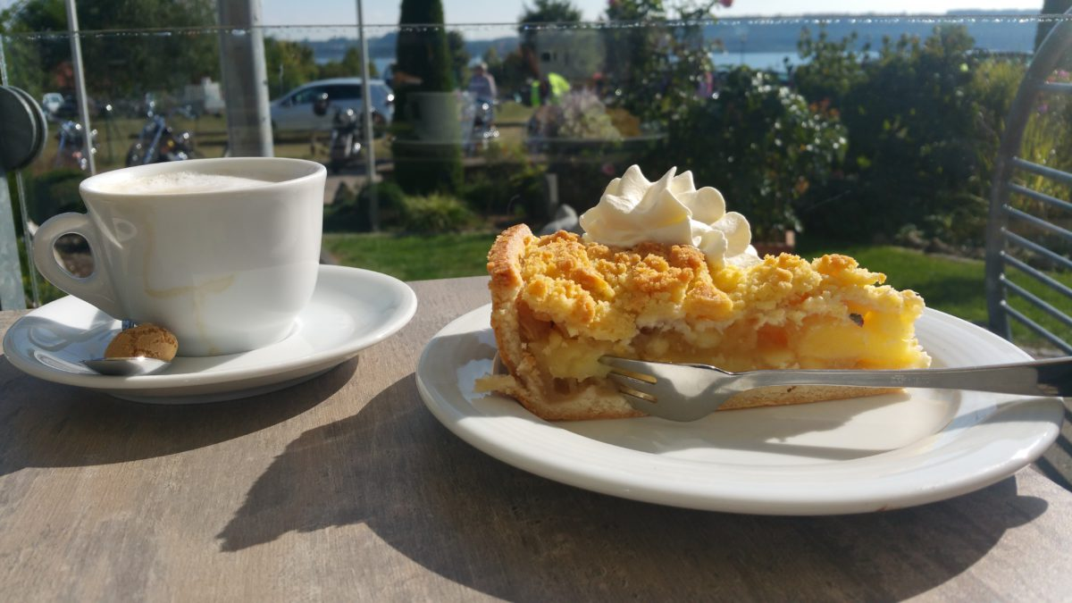Beim Hochreiter in Enderndorf genießt man Kaffee und Kuchen mit Seeblick