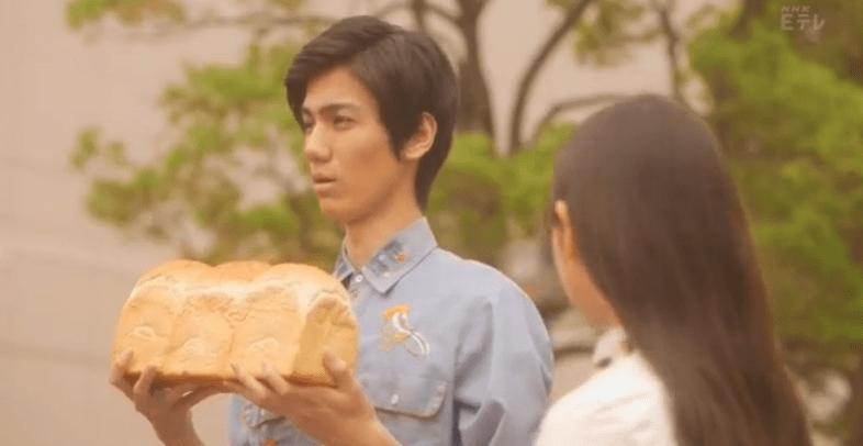パンを持っている山田