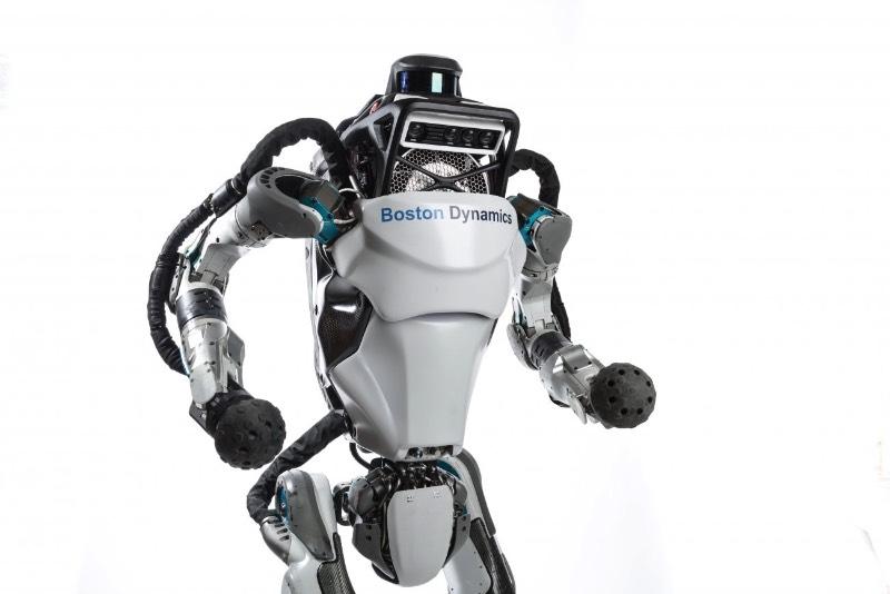 Atlas é o nome do robô da Boston Dynamics que dá um mortal para trás - Tenho um fascínio fora do comum com o trabalho de robótica do pessoal da Boston Dynamics. Mas não lembro de ver nada deles desde a época em que a Alphabet, o holding que controla o Google, vendeu a empresa para o Softbank. Isso foi em Junho de 2017 e muitas coisas podem ter acontecido desde então. E, baseado no vídeo deles que acabei de encontrar no Youtube, muitas coisas aconteceram.