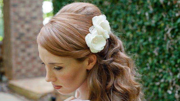 romantic-wedding-hair-flowers-all-down-bridal-hairstyle_original