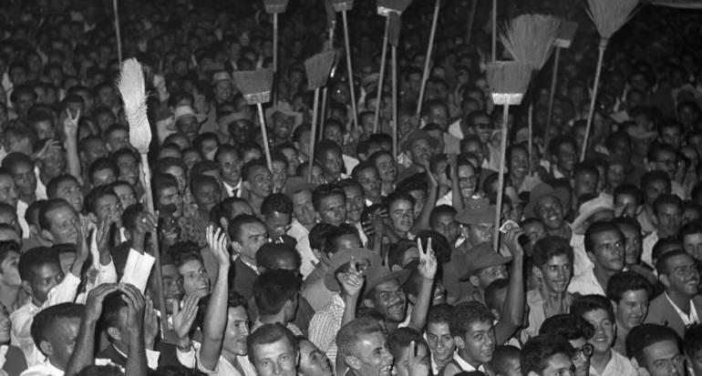 Jânio Quadras em campanha eleitoral na cidade livre em Brasília. Arquivo do Jornal O Globo, 1º de setembro de 1960