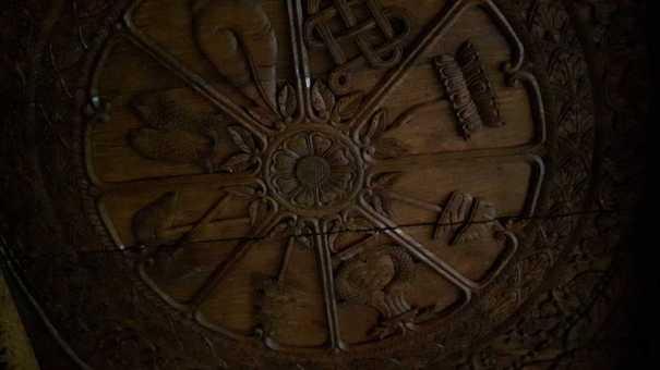 Diese und noch mehr glückbringende Symbole findet man auch auf der wunderschönen, geschnitzten Holzdecke.