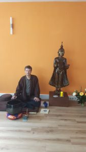 Thomas beschützt vom Buddha