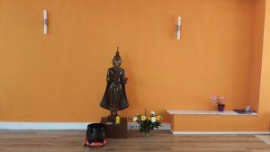 schlichter aber schöner Altar im Achtsamkeitszentrum