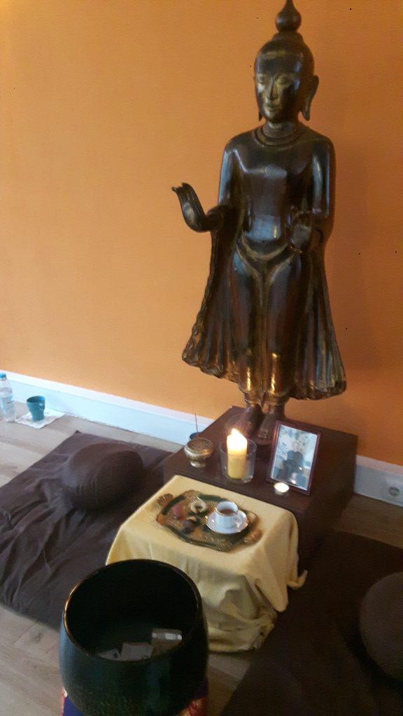 Traditionelle Gaben an den Buddha im Achtsamkeitszentrum München