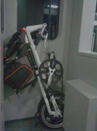 Strida LT als Zugbegleiter in Wagon-Nische