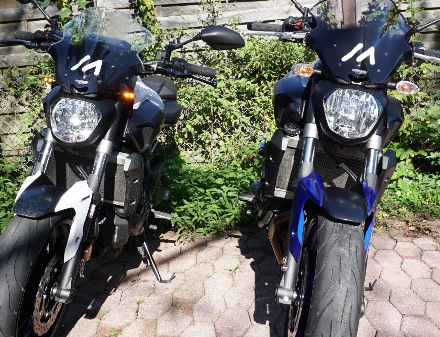 Vergleich Serienblinker vs. Kellermann Micro 1000 Dark an Yamaha MT-07 - direktes Sonnenlicht