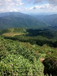 熊沢田代から見上げていた山の中腹から見下ろす。出発地点は右手の谷間