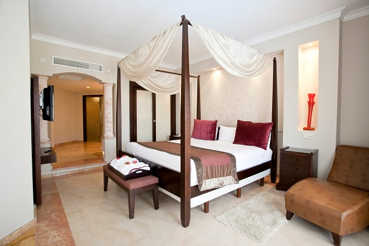 1_bedroom_suite_room__bathroom
