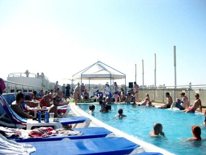 Pool auf Dachterrasse eines Hotels, Malta (c) Sandra C