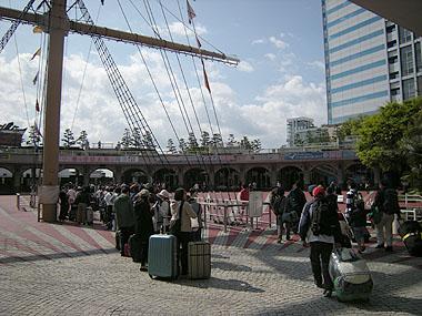 110429竹島桟橋で小笠原丸乗船のために並ぶ