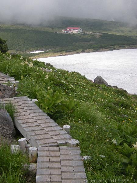 110717五色ヶ原山荘が見えてきた