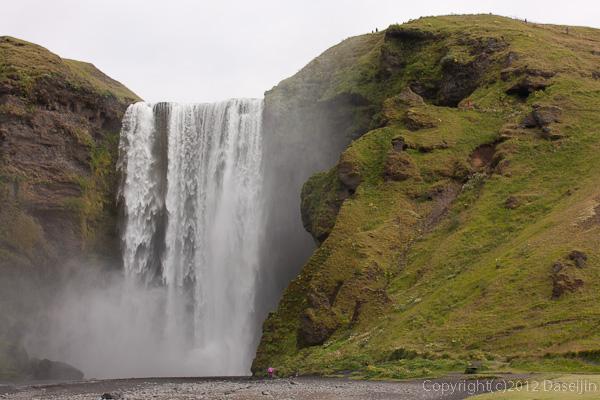 120806アイスランド、グリーンランドの旅・Skogarfossに近づく