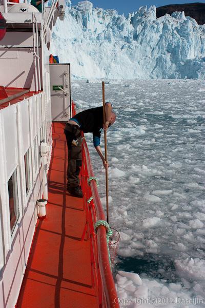 120812アイスランド、グリーンランドの旅・氷をひろう