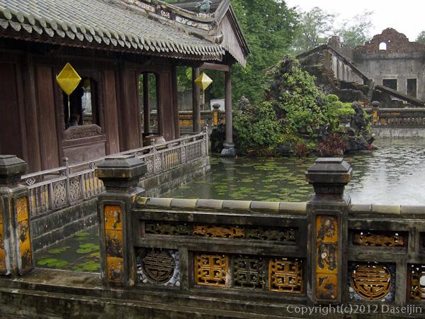 121114ベトナム・フエ宮中蓮の池