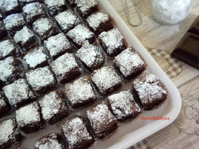Brownies al cioccolato con avocado e mandorle