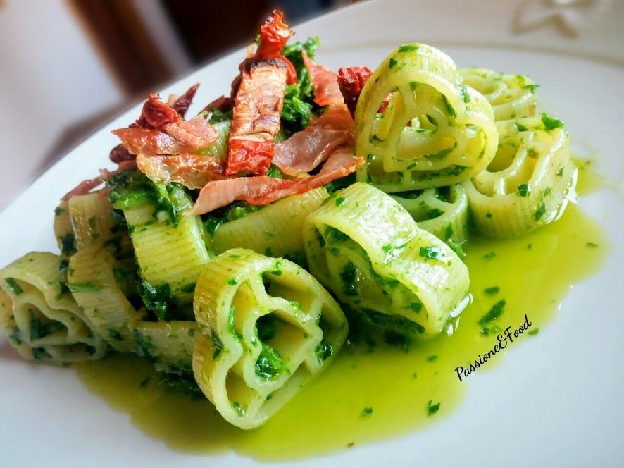"""""""Cuore di Gragnano"""" al sugo verde con pomodori secchi e prosciutto crudo croccante"""