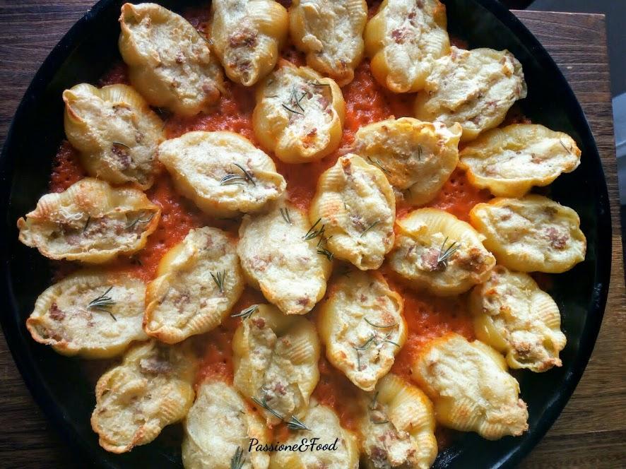 Gnocca con ripieno di patate e salsicce al sugo di peperoni