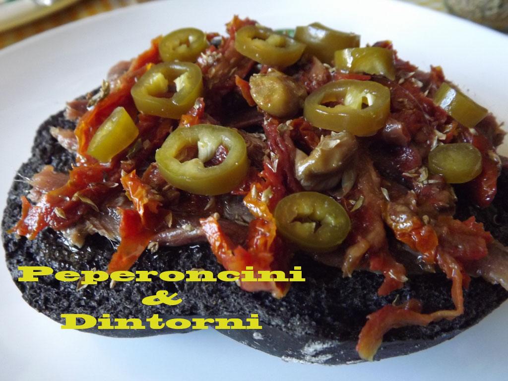 Pane Al Nero Di Seppia Con Acciughe, Pomodori e Peperoncini