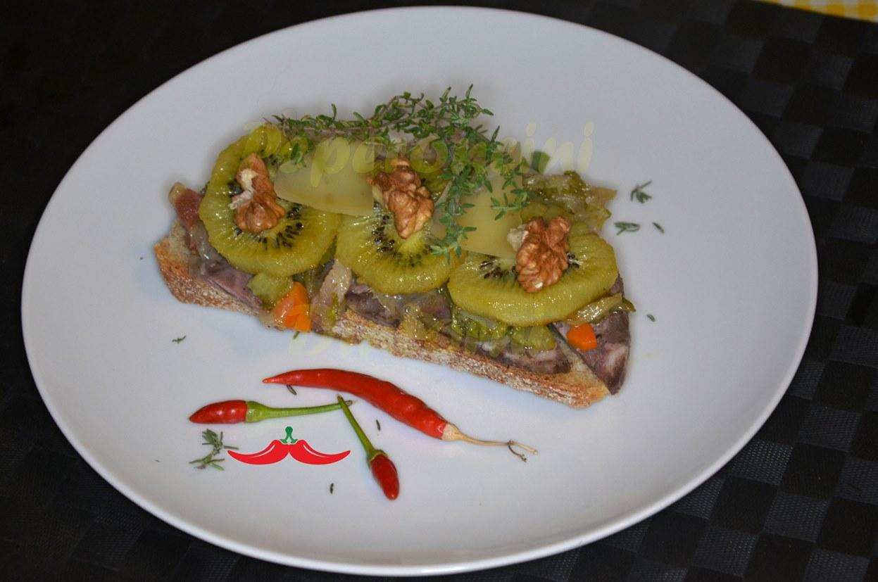 Crostini kiwi fritto, verdure, Soppressata e noci