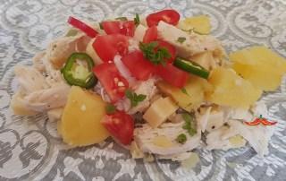 Insalata di pollo, patate, pomodori e jalapeno