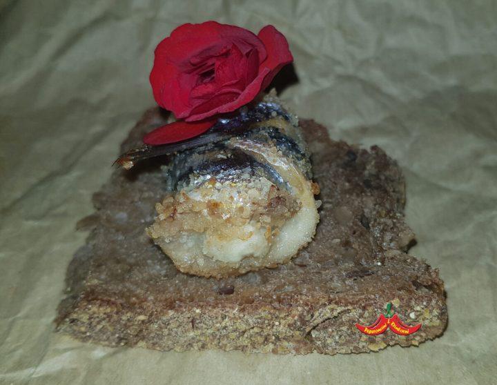 Involtini di Acciughe, Pecorino Romano e Begonia rossa