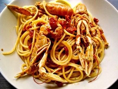Spaghetti con scampi e pomodori secchi