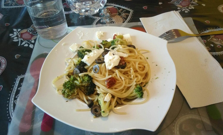 Spaghetti con broccoli pomodori secchi e olive