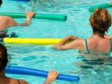 Treino na Piscina 8 exercícios para fazer com espaguete de piscina