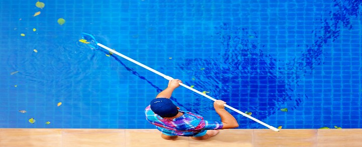 Água turva na piscina: saiba como resolver esse problema