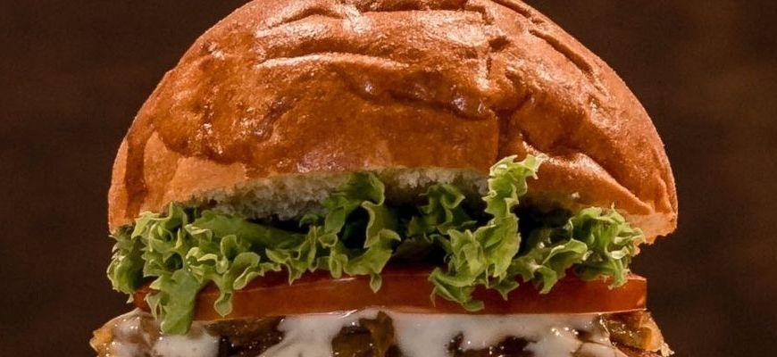 Gdzie zjeść najlepsze burgery? Kraków i dowóz to przepis na udany obiad