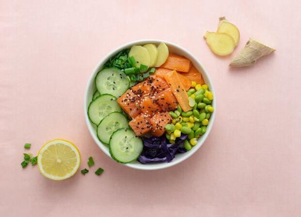 Un poke a domicilio de salmón crudo con zanahoria y pepino