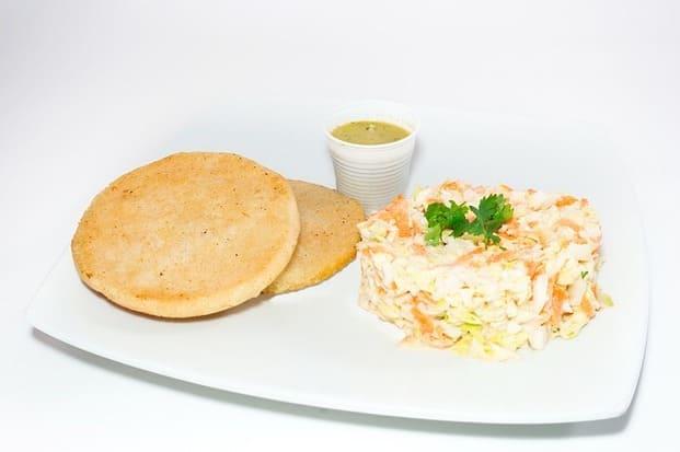 Arepas con arroz es la típica comida venezolana en Barcelona